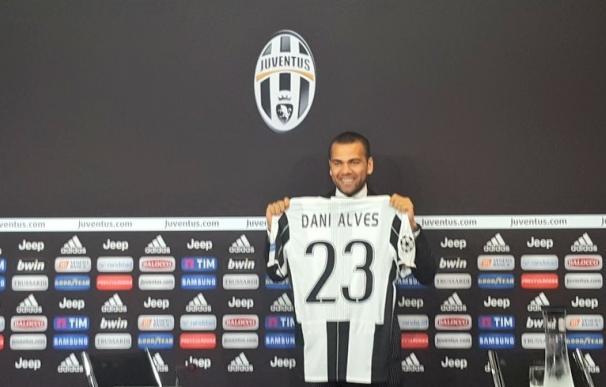 Dani Alves, presentado con la Juventus con el 23 en homenaje a LeBron