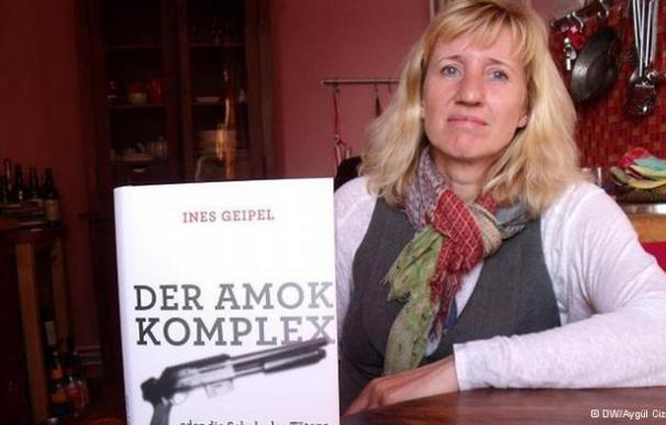La escritora Ines Geipel con su libro 'El síndrome de Amok o la escuela de la muerte'