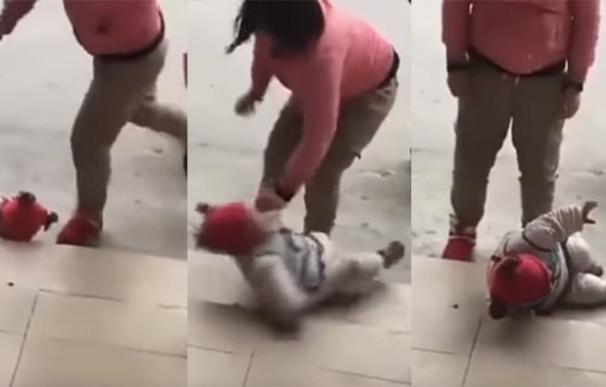 Una mujer en China da patadas a su hija porque no paraba de llorar