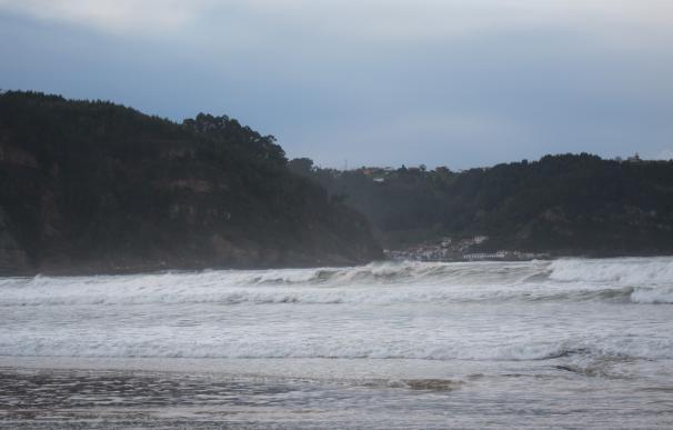El litoral de Asturias y Cantabria en riesgo extremo por olas de hasta nueve metros