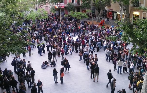 Los Mossos cargan contra los manifestantes por el desalojo del 'Banc Expropiat' en Barcelona
