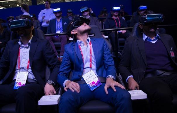 """Visitantes prueban el """"Gear VR 4D"""" en el pabellón de Samsung del Mobile World Congress (JOSEP LAGO / AFP)"""