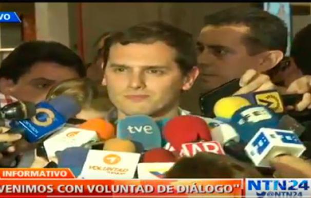Albert Rivera ya está en Venezuela y la prensa le recibe como una estrellla