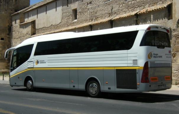 Autobuses Paco Pepe facilita la movilidad para el programa de actividades de Hogar Abierto