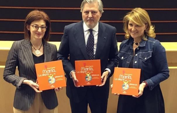 Entregan a Méndez de Vigo un libro sobre una niña con parálisis cerebral para pedir que lo incluya en el Plan de Lectura