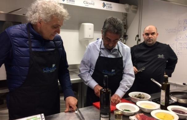 """Revilla cocina para los alumnos de 'Las Carolinas' y reivindica el """"futuro enorme"""" de la gastronomía de Cantabria"""