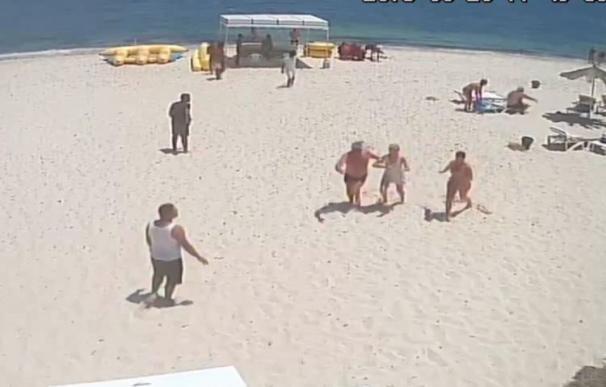 Captura de vídeo que muestra a los turistas huyendo de la playa ante la presencia del atacante