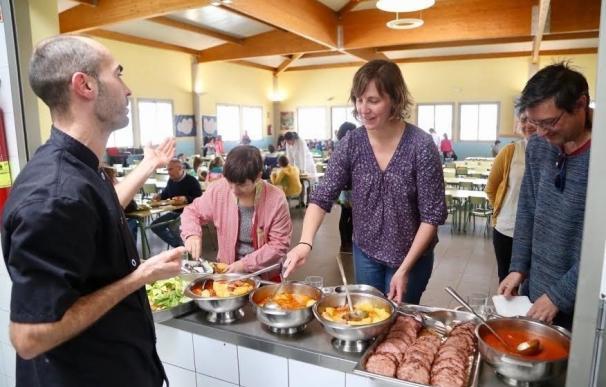 Artigas visita el comedor del CEIP Espartidero, que sirve menús con productos de proximidad