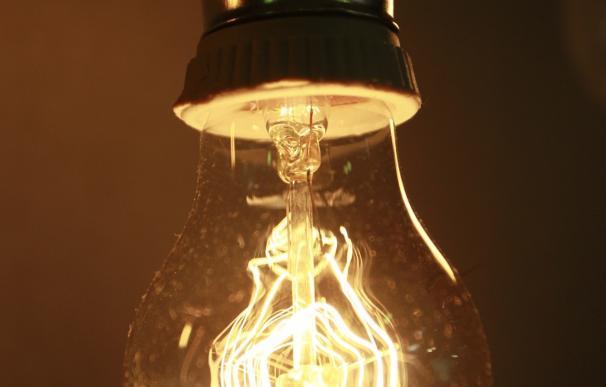 El recibo de la luz baja un 14% en febrero, aunque es casi un 21% más caro que hace un año