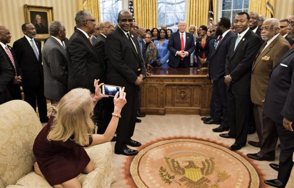 Critican a la asesora de Trump por sentarse con los pies encima de un sofá