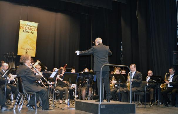 La música de la Banda Municipal adorna el Día de Andalucía en el Teatro Apolo de la ciudad