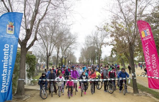 Miles de palaciegos celebran el 28F con la tradicional marcha en bici hasta el Parque de La Corchuela