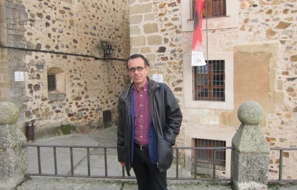 """El poeta y escritor Diego Doncel destaca la """"pureza"""" de la ciudad de Cáceres y el placer de pasearla"""