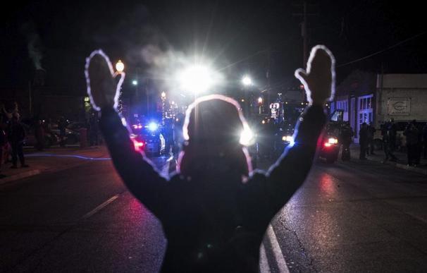 Un joven participa en las protestas en Ferguson, en agosto.