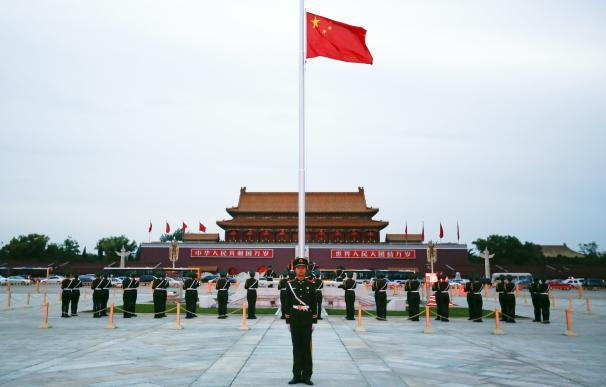 Bandera comunista para la segunda economía mundial