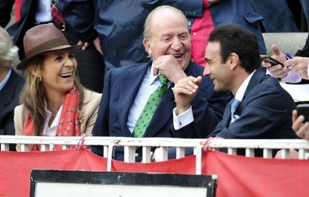 El Rey Juan Carlos disfruta de una divertida jornada taurina en familia