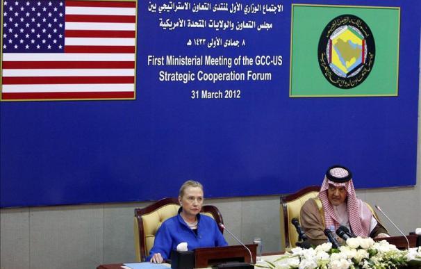 Clinton pide en Riad al enviado de la ONU Kofi Annan un calendario para la aplicación de su plan para Siria