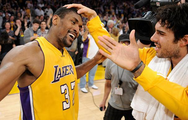 Los Lakers se adelantan en la final del Oeste con una canasta sobre la bocina de Artest
