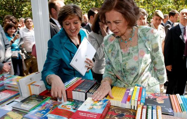 La Reina inaugura la Feria del Libro y le regalan novela negra y mitología