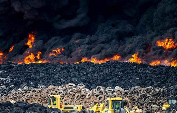 """La quema de neumáticos produce compuestos """"altamente cancerígenos"""""""
