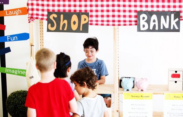 Los niños australianos aprenden una valiosa lección económica: deben decidir entre alquilar una silla o ahorrar y sentarse en el suelo
