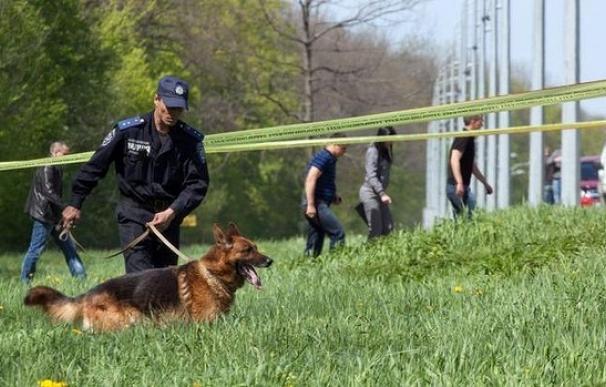 Un agente de Policía con su perro de rastreo en el lugar del atentado