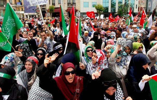 Turquía insta a Israel a liberar a los activistas de la flota atacada y explicar lo sucedido