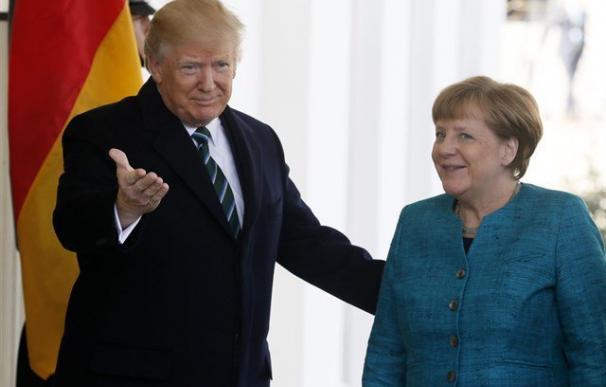 """Trump llegó a entregar en mano una factura a Merkel para que pagara sus """"deudas"""" con la OTAN"""