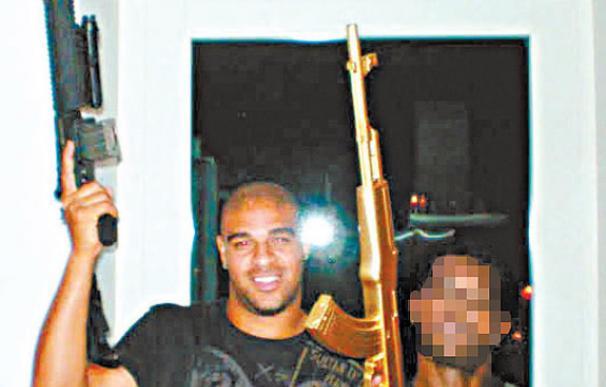 Y Adriano cogió su fusil
