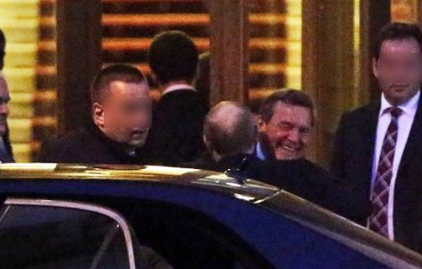 Schröder recibe el abrazo de Putin (de espaldas) a su llegada a la fiesta en San Petersburgo