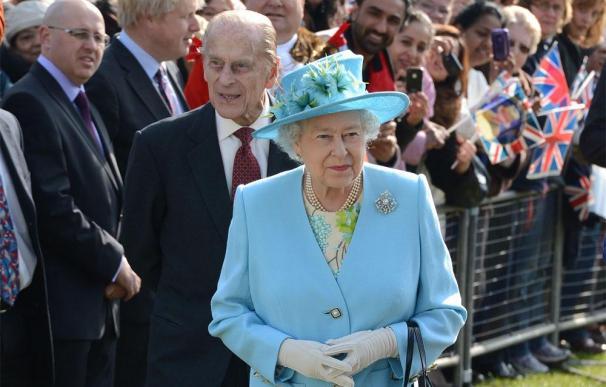 Isabel II corta personalmente la carne de sus perros