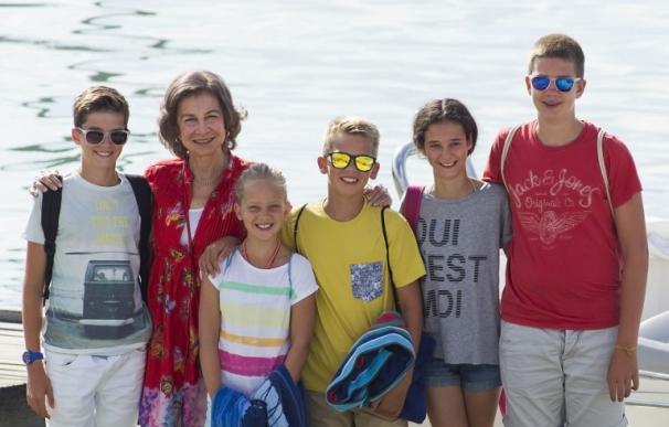 Doña Sofía acompaña a cinco de sus nietos durante las clases de vela en Mallorca