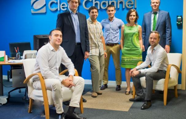 Bill Derrenger y Eduardo Ballesteros Marra-López (de Clear Channel) junto a los responsables de las empresas premiadas