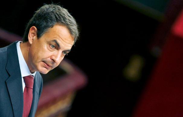 Zapatero anuncia duros recortes sociales y la rebaja de los salarios públicos
