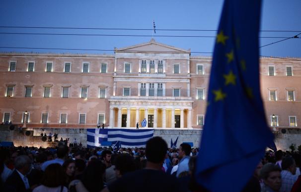 Decenas de griegos protestan delante del parlamento de Grecia en Atenas