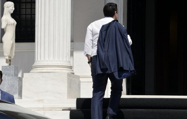 El primer ministro Tsipras llega a su oficina en Atenas tras lograr el acuerdo en Bruselas