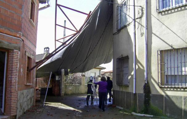 El viento arranca el tejado de una nave y lo empotra en una casa en un pueblo de Salamanca