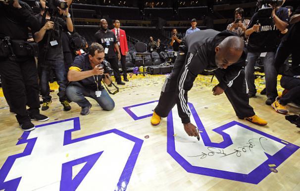 Kobe se despidió el Staples dejando su firma en el parqué