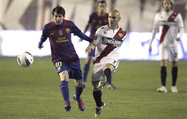 Movilla pugna un balón con Messi
