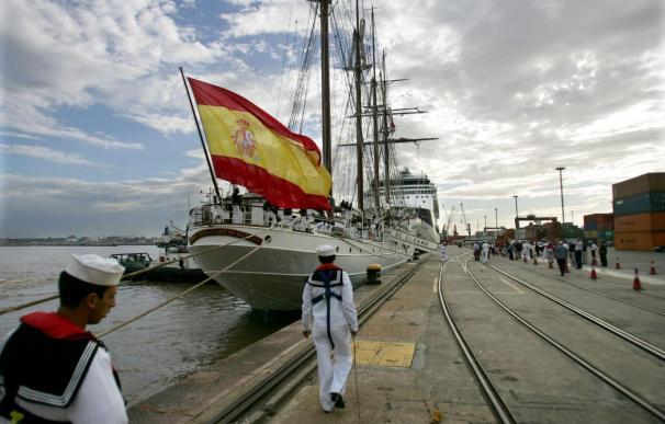 """El buque escuela español """"Juan Sebastián Elcano"""" llega a Montevideo"""