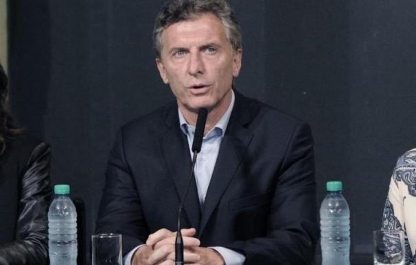 Macri firma con los empresarios un acuerdo para declarar una tregua sin despidos durante tres meses