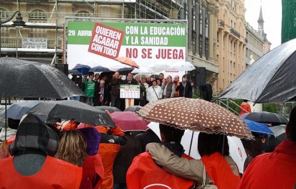 La lluvia y el Puente de Mayo deslucen la marcha en Madrid contra los recortes sociales