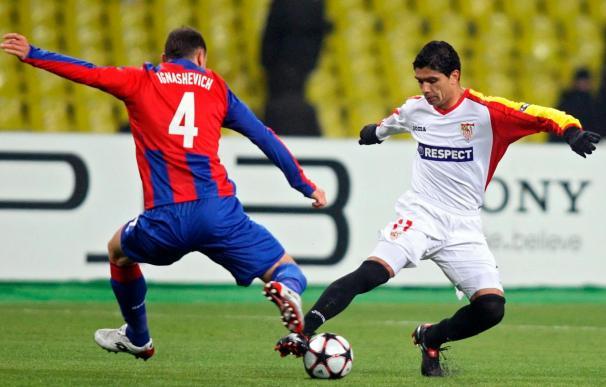 Ignashevich lucha por el balón con Renato