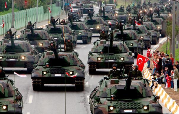 Un tribunal turco ordena prisión preventiva para 7 altos mandos militares