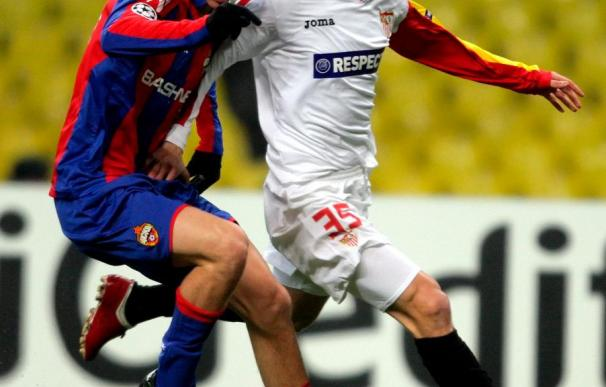 Mamaev lucha por el balón con Stankevicius