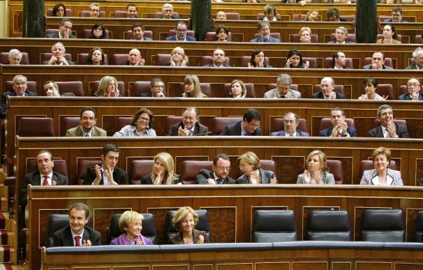 Casi mayoría absoluta al PP y 30 escaños menos para el PSOE, según un sondeo de El Periódico