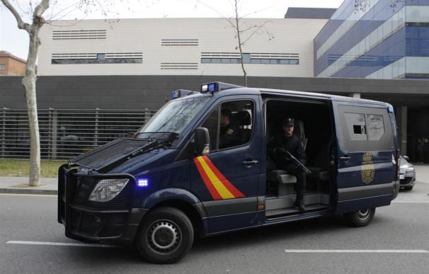 Trasladan a Madrid a seis detenidos por yihadismo en 10 vehículos
