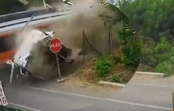 Momento en el que el tren arrolla a un camión en Chile