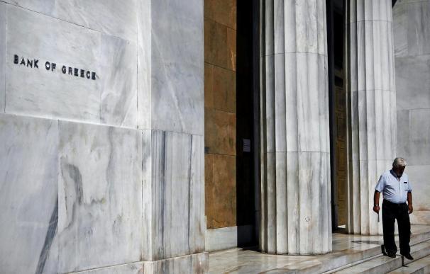 Un hombre sale del edificio del Banco de Grecia, en Atenas, Grecia.