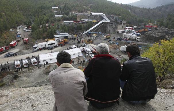 La falta de equipamiento demora los trabajos de rescate de los mineros turcos